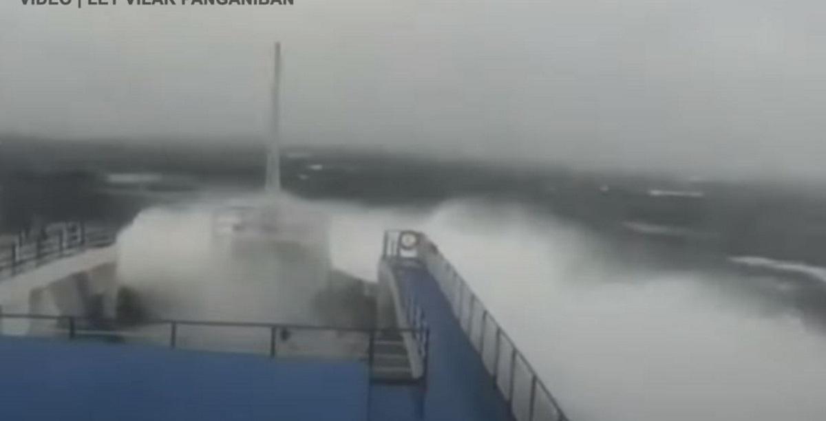 Πλοίο δίνει μάχη με τα μανιασμένα κύματα εν μέσω κυκλώνα