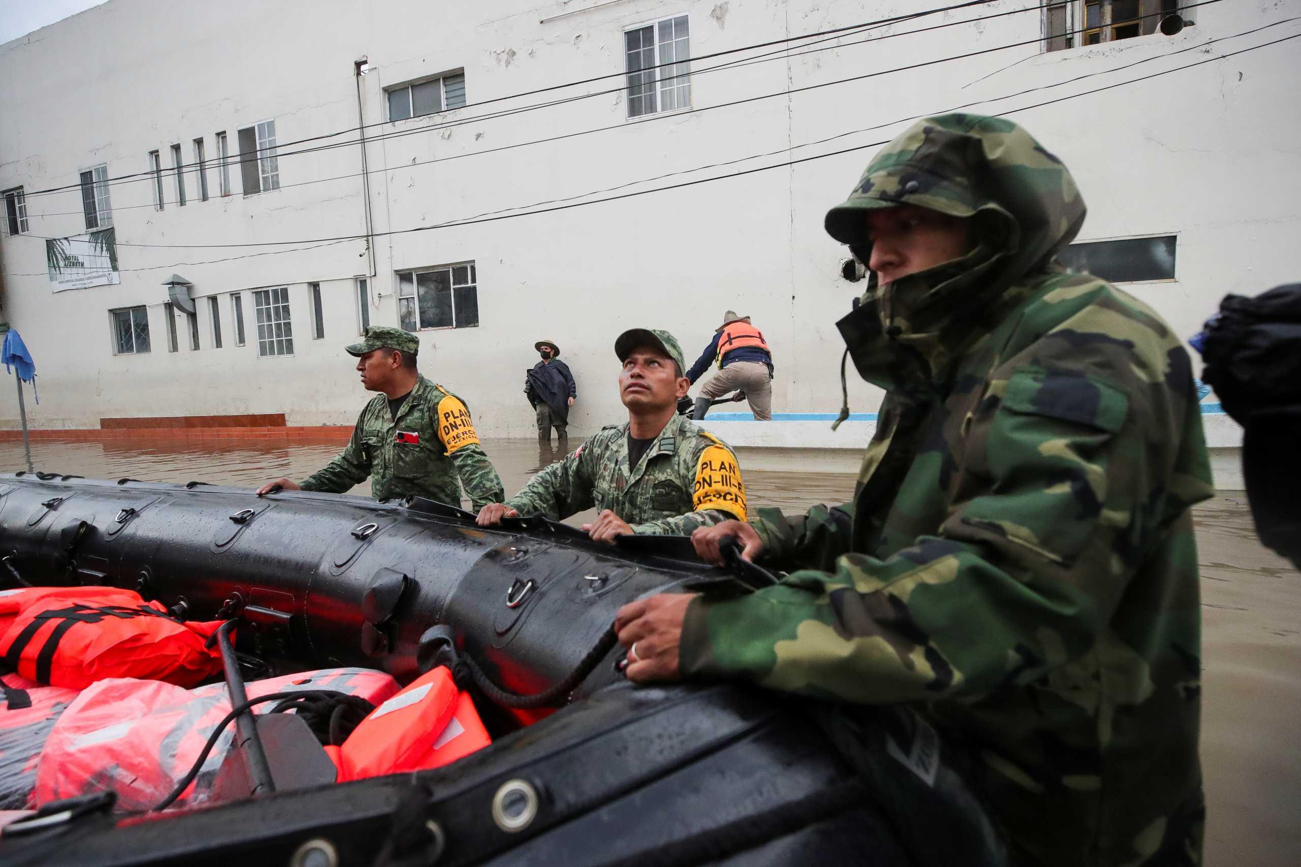 Σαρωτικές πλημμύρες στο Μεξικό: Στο πλευρό των πληγέντων και ο στρατός