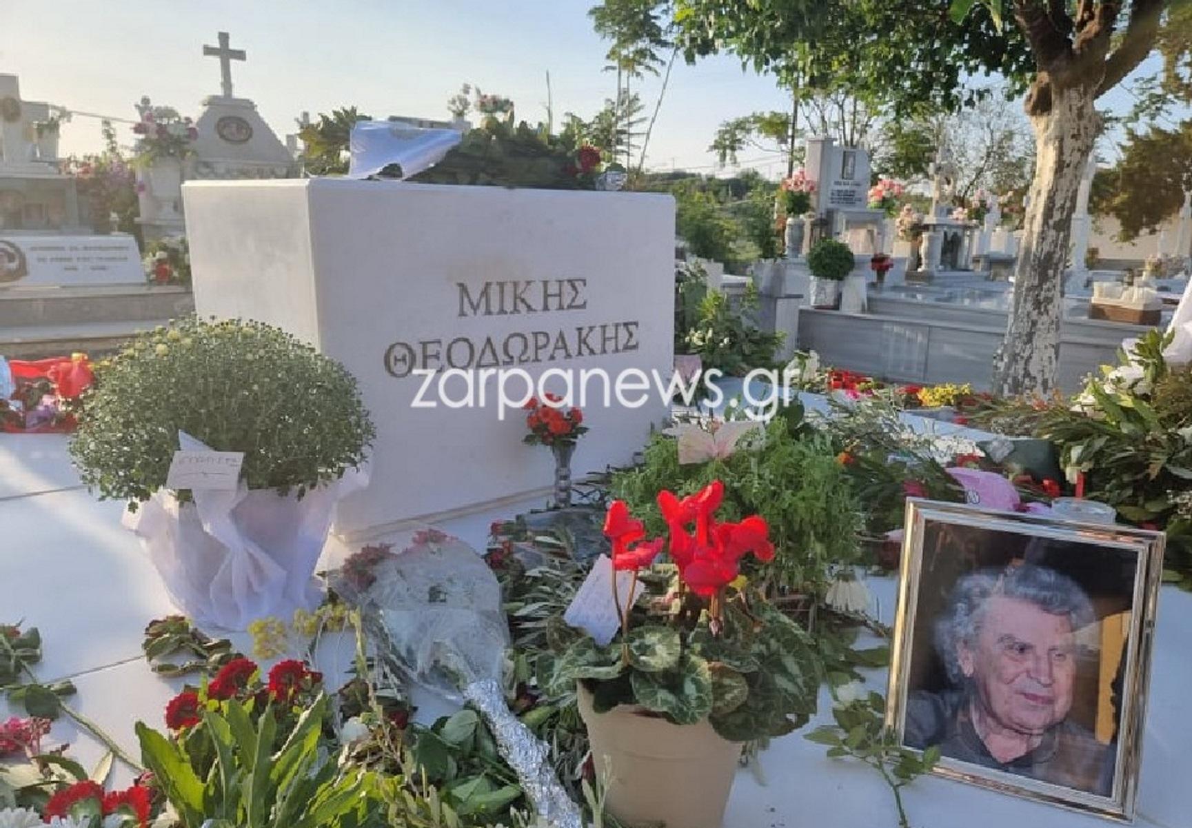 Μίκης Θεοδωράκης: Εννιαήμερο μνημόσυνο με  λουλούδια και μηνύματα – «Αντίο ανυπέρβλητε Έλληνα»