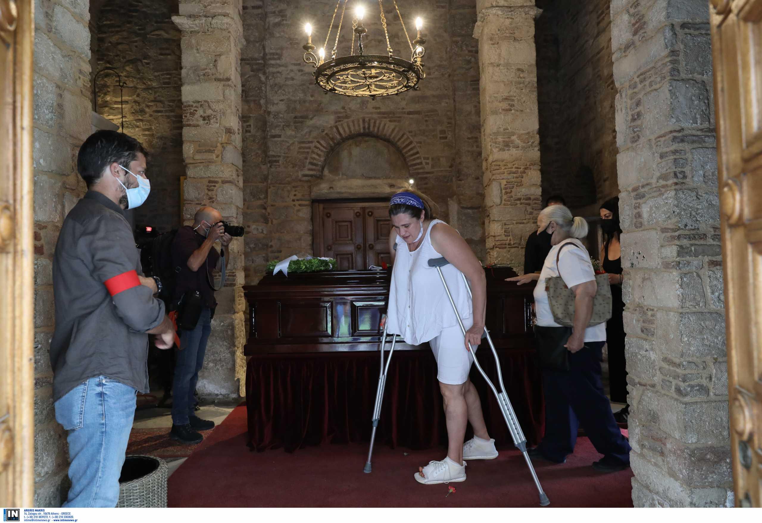 Μίκης Θεοδωράκης: Ακόμη και με πατερίτσες στη Μητρόπολη για τον τελευταίο αποχαιρετισμό