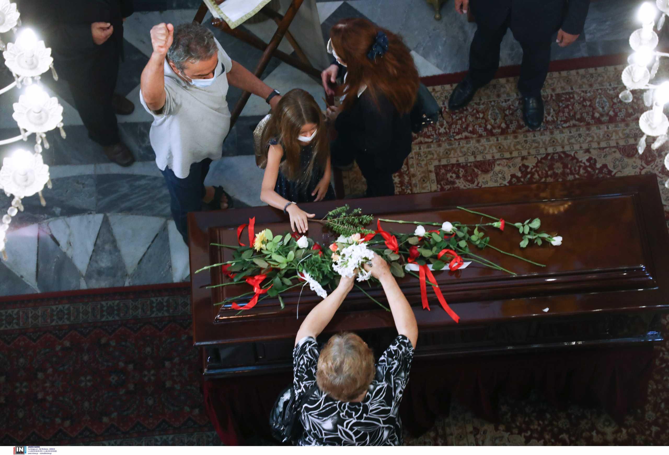 Μίκης Θεοδωράκης: Ρίγη συγκίνησης στα Χανιά – 96 βρακοφόροι και πλήθος κόσμου τον αποχαιρετούν