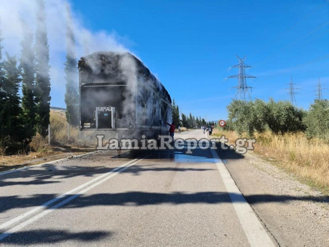 Λαμία: Στις φλόγες νταλίκα με βαμβάκι – «Έσπερνε» φωτιές στον παράδρομο