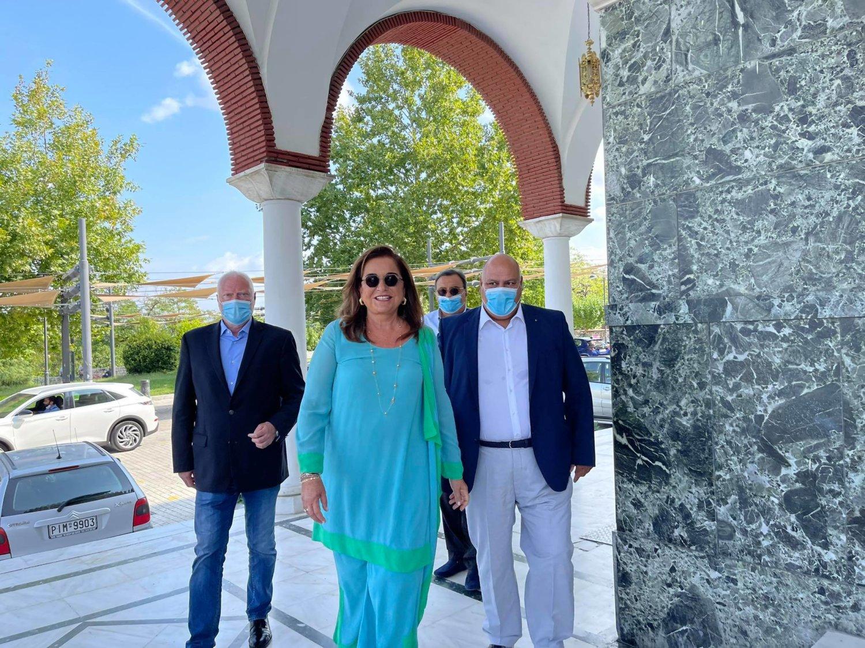 Ντόρα Μπακογιάννη: Ταξίδι στη Λάρισα για βάφτιση – Οι καλεσμένοι που κέντρισαν τα βλέμματα