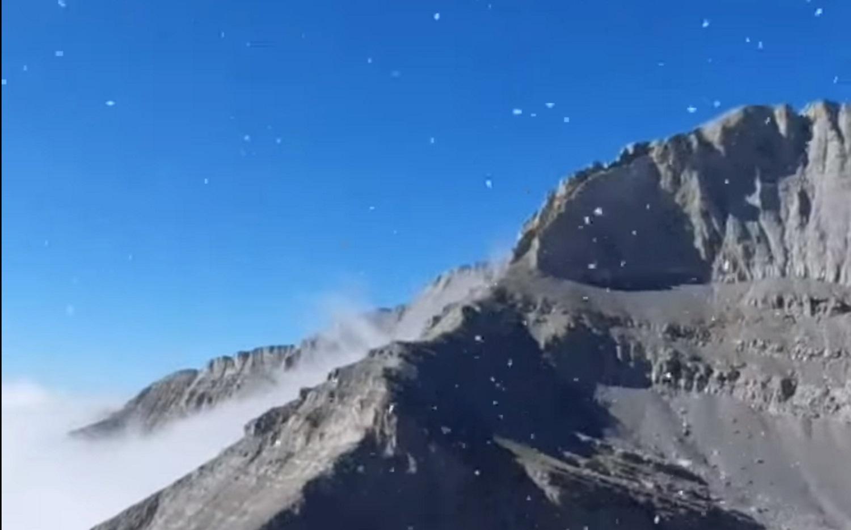 Έπεσαν τα πρώτα χιόνια στις κορυφές του Ολύμπου και του Φαλακρού