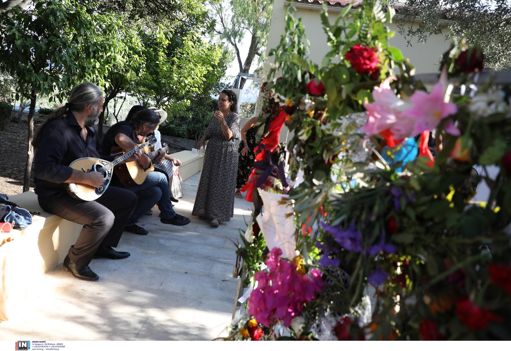 Μίκης Θεοδωράκης: Μουσικές, λουλούδια και κεράσματα στο πατρικό – Δείτε φωτογραφίες