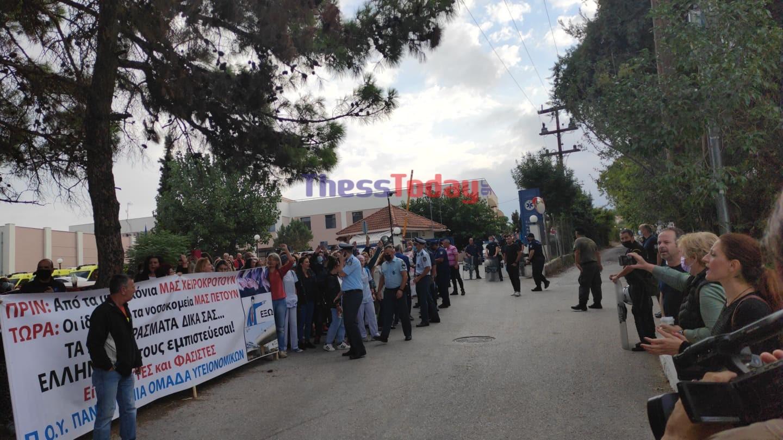 Κορονοϊός: Με αποδοκιμασίες «υποδέχτηκαν» τον Θάνο Πλεύρη υγειονομικοί στη Θεσσαλονίκη