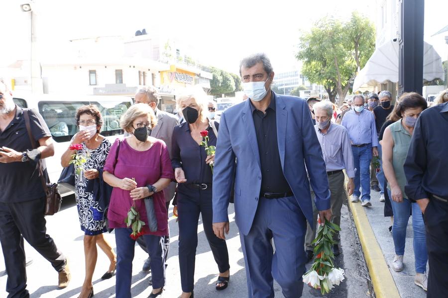 Κηδεία Μίκη Θεοδωράκη: Με μάσκα και λουλούδια ο Παύλος Πολάκης – Τα λόγια που είπε κοιτώντας την κάμερα