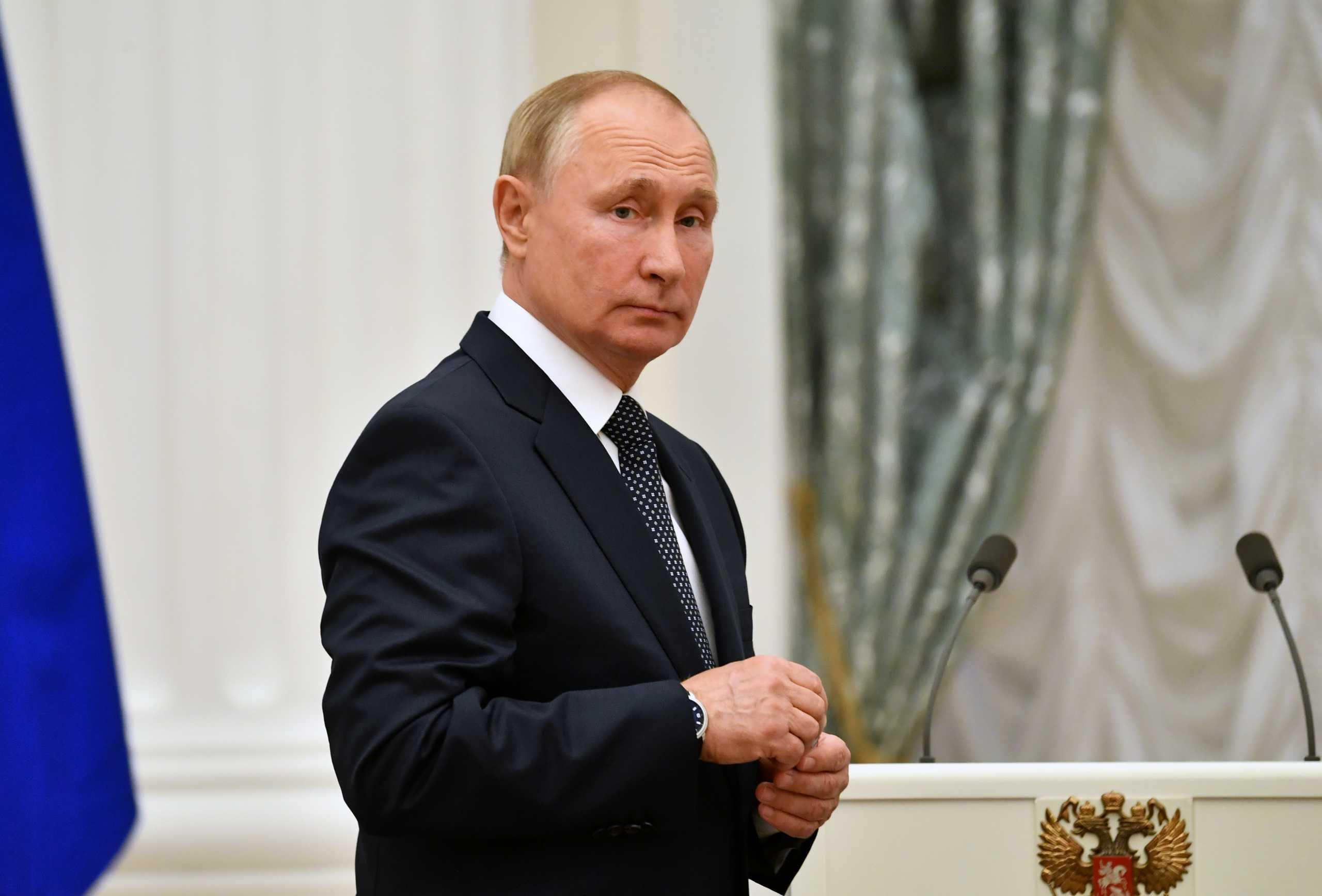 Βλαντιμίρ Πούτιν – κορονοϊός: Έβηχε και προκάλεσε ανησυχία – «Κάνω κάθε μέρα τεστ»