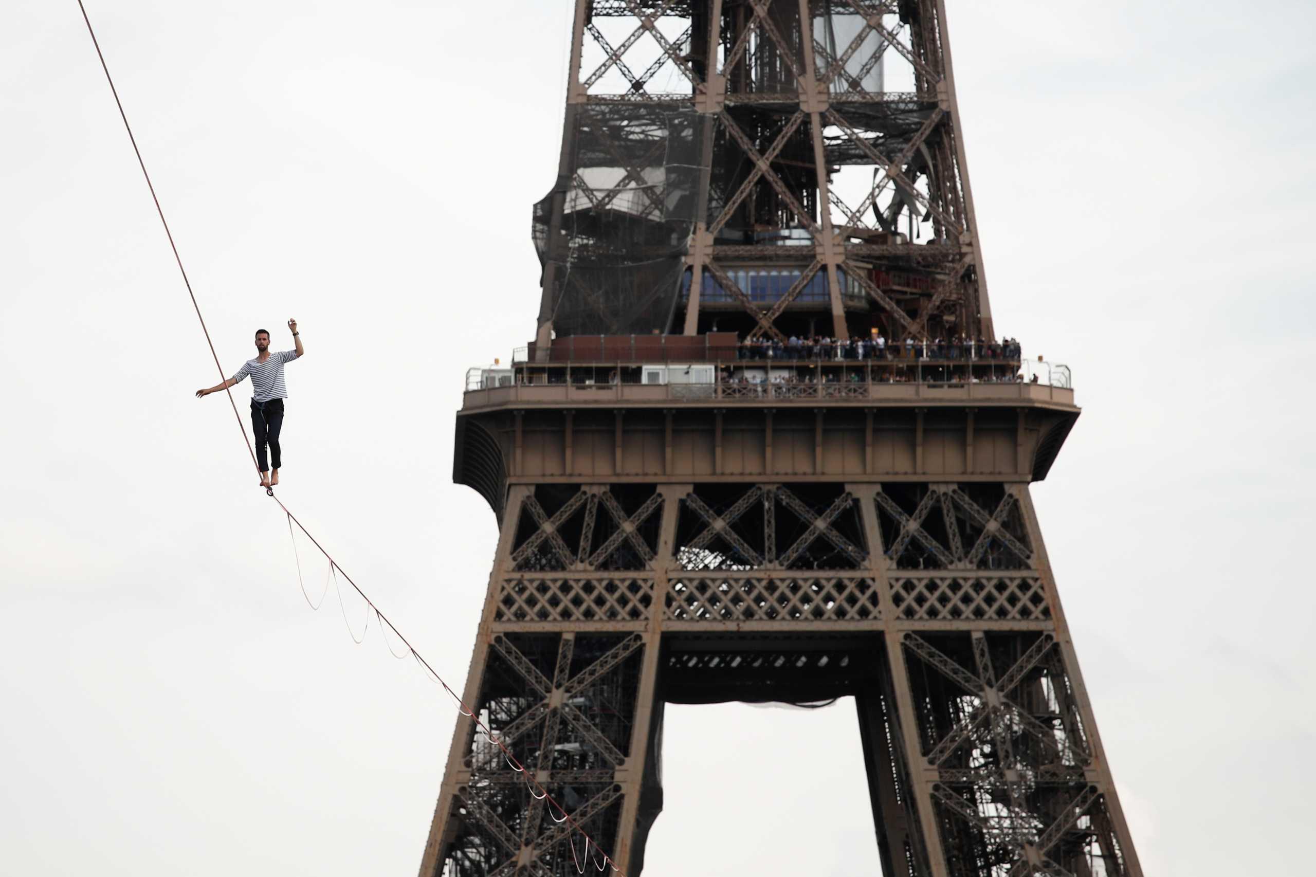 Γαλλία: Ακροβάτης περπάτησε σε τεντωμένο σχοινί από τον Πύργο του Άιφελ στον Σηκουάνα