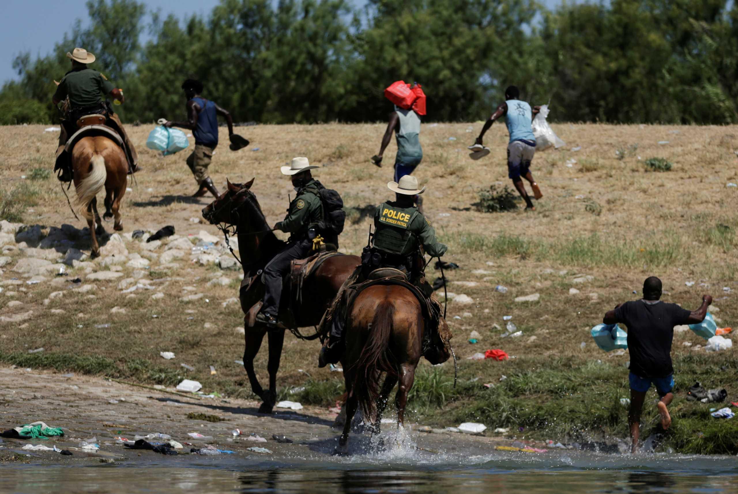 Ρίο Γκράντε: Έφιπποι συνοριοφύλακες κυνηγούν μετανάστες στα σύνορα ΗΠΑ – Μεξικό