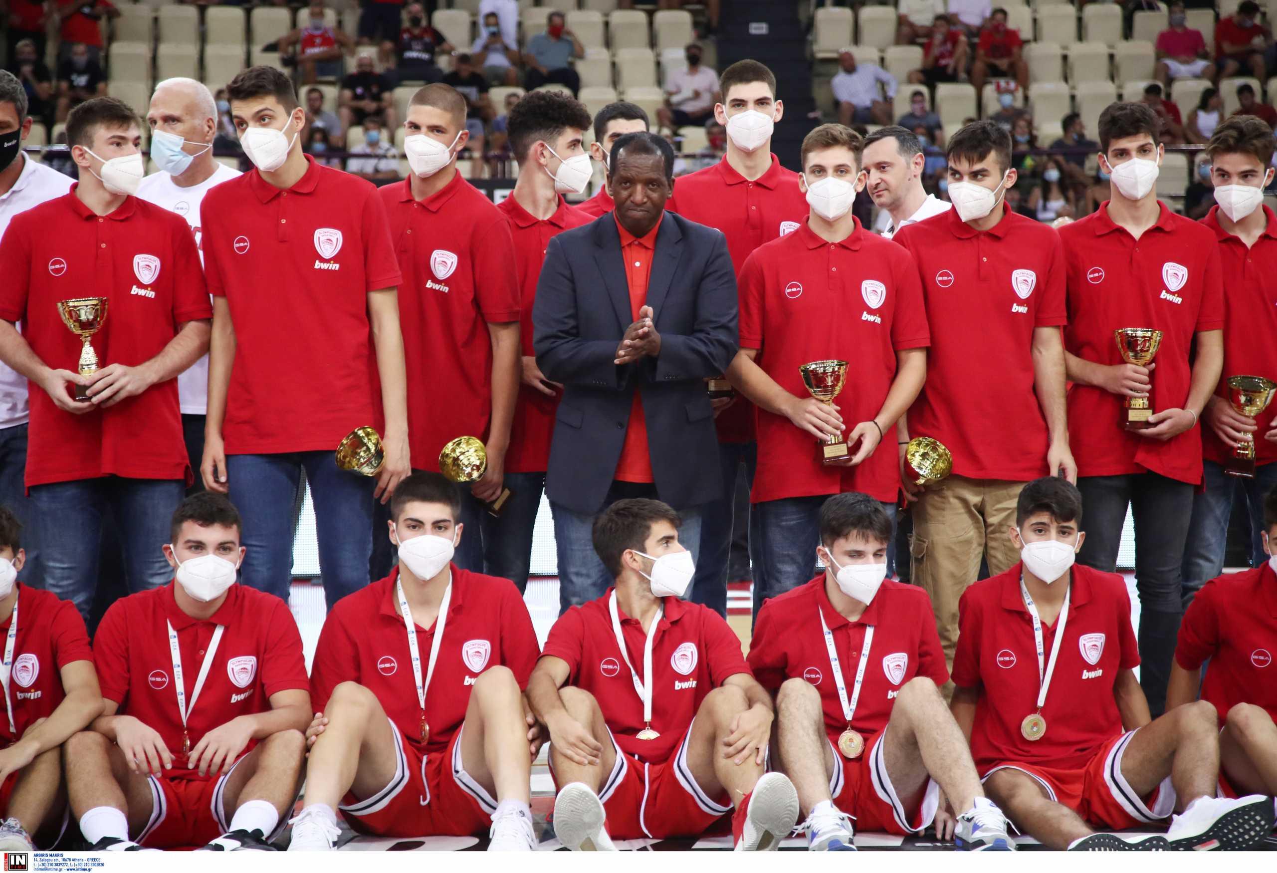 Ολυμπιακός: Στο ΣΕΦ ο Ντέιβιντ Ρίβερς βράβευσε τους Έφηβους των Πειραιωτών
