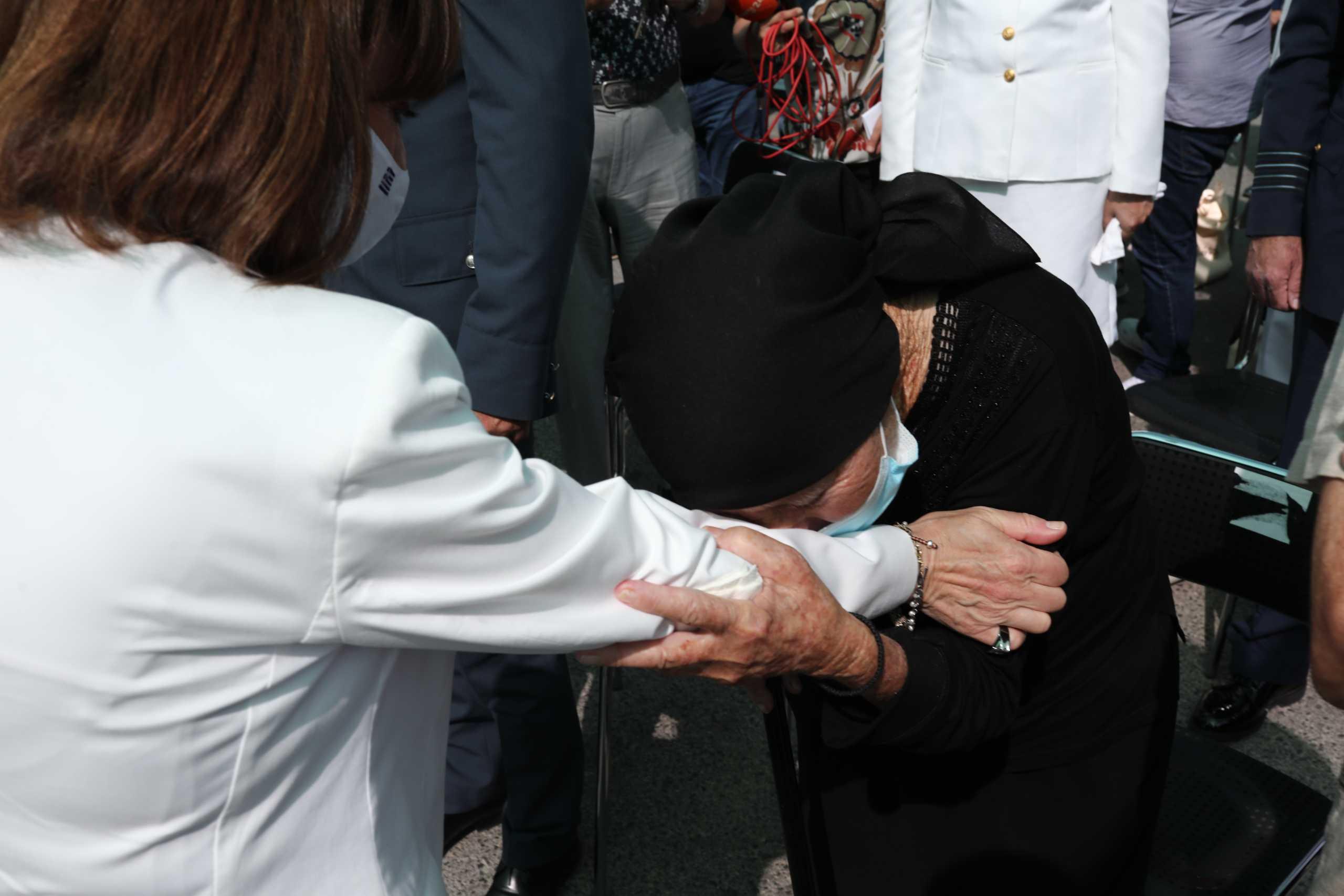 Κατερίνα Σακελλαροπούλου: Συγκίνηση και περηφάνια – Δάκρυσε στην επέτειο του Ολοκαυτώματος της Βιάννου