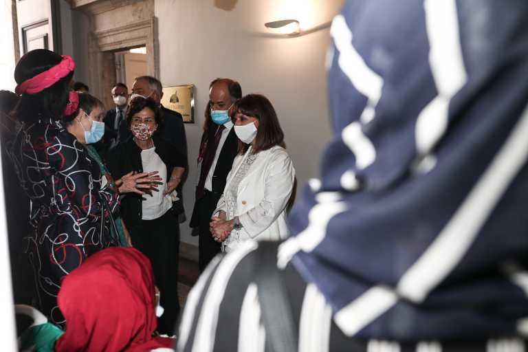 Κατερίνα Σακελλαροπούλου: Επισκέφθηκε στη Ρώμη πρόσφυγες που προέρχονται από τη Λέσβο