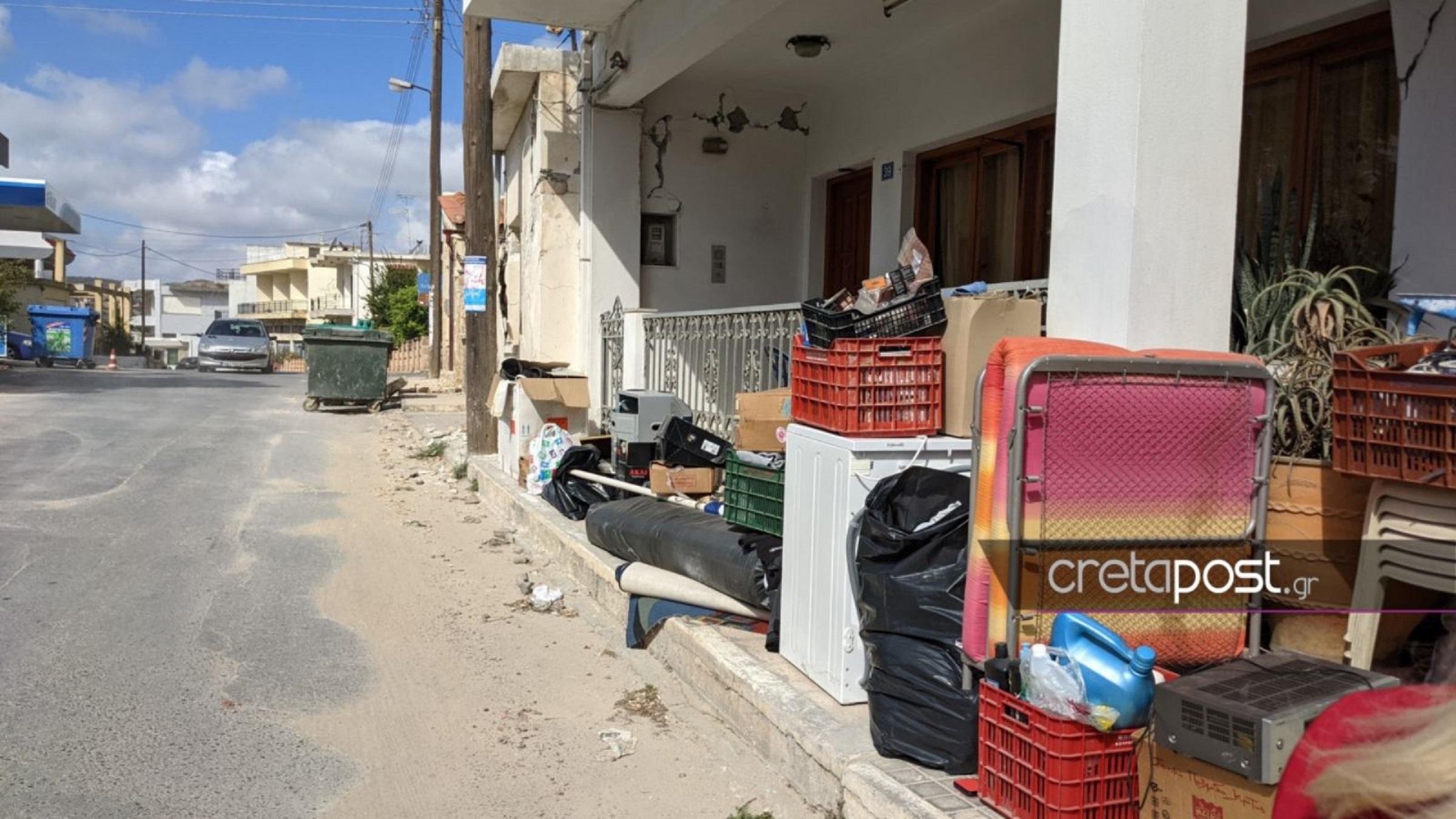 Σεισμός στην Κρήτη: Σε πεζοδρόμια και καρότσες τα υπάρχοντα των κατοίκων – Σε σκηνή και το αστυνομικό τμήμα