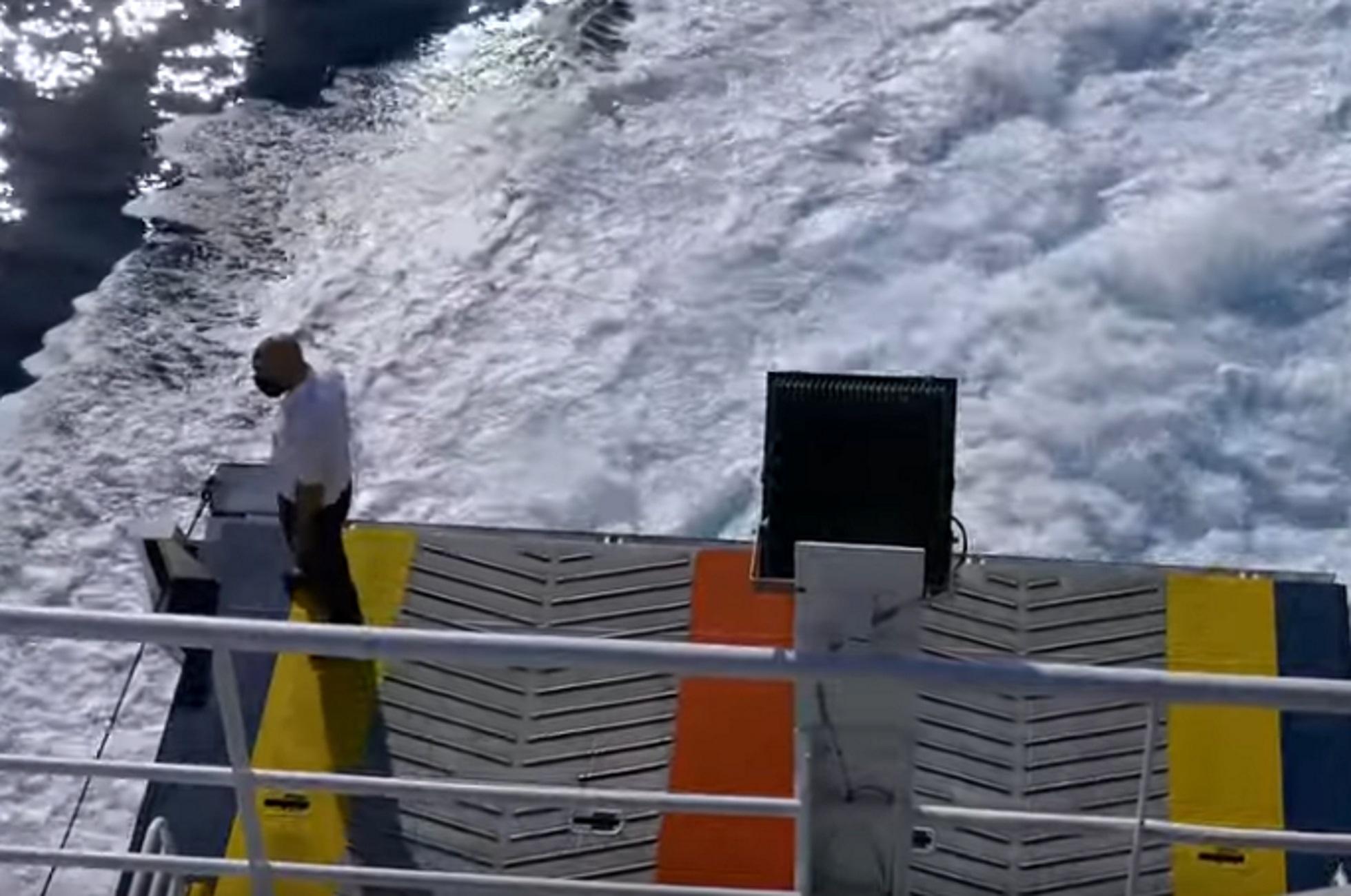 Σέριφος: Βίντεο με τη στιγμή που το πλοίο Speedrunner III περνάει ξυστά από τον ντόκο του λιμανιού
