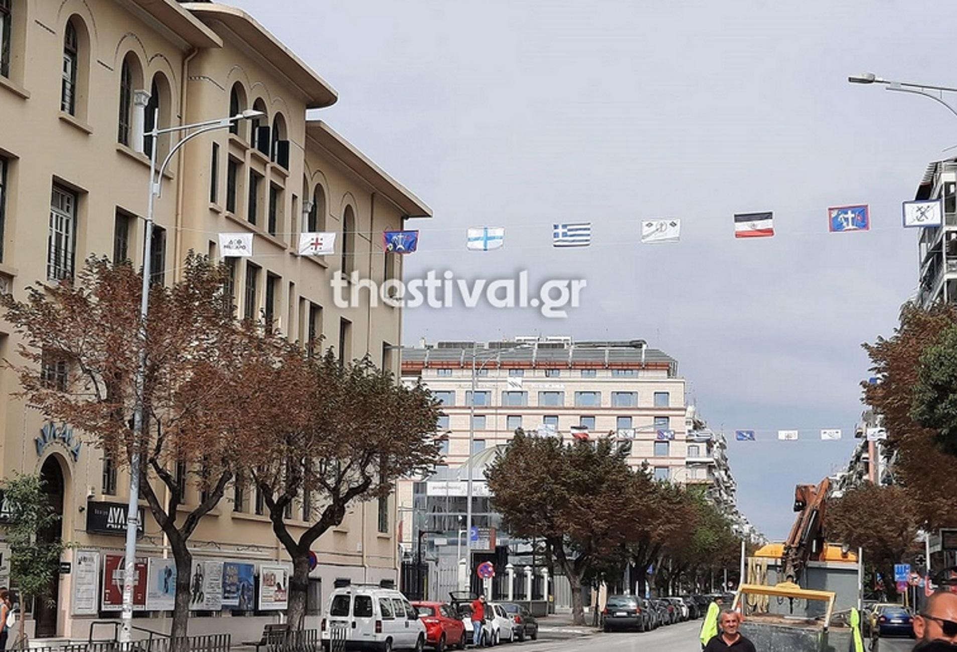 Θεσσαλονίκη: Σημαίες της επανάστασης του 1821 στόλισαν την πόλη – Επί ποδός τα συνεργεία