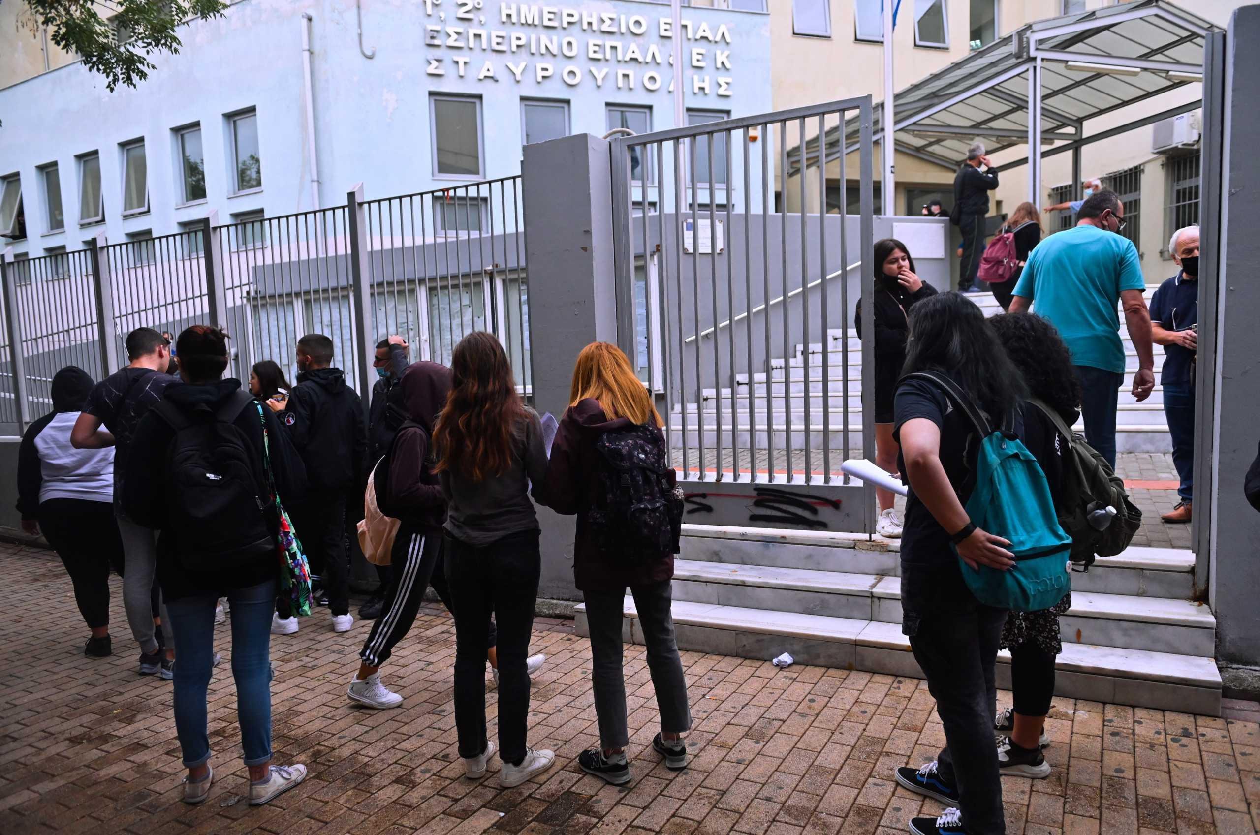 Θεσσαλονίκη – ΕΠΑΛ Σταυρούπολης: Επίθεση και σε μαθήτρια μέσα στο σχολείο από τους κουκουλοφόρους – 2 τραυματίες