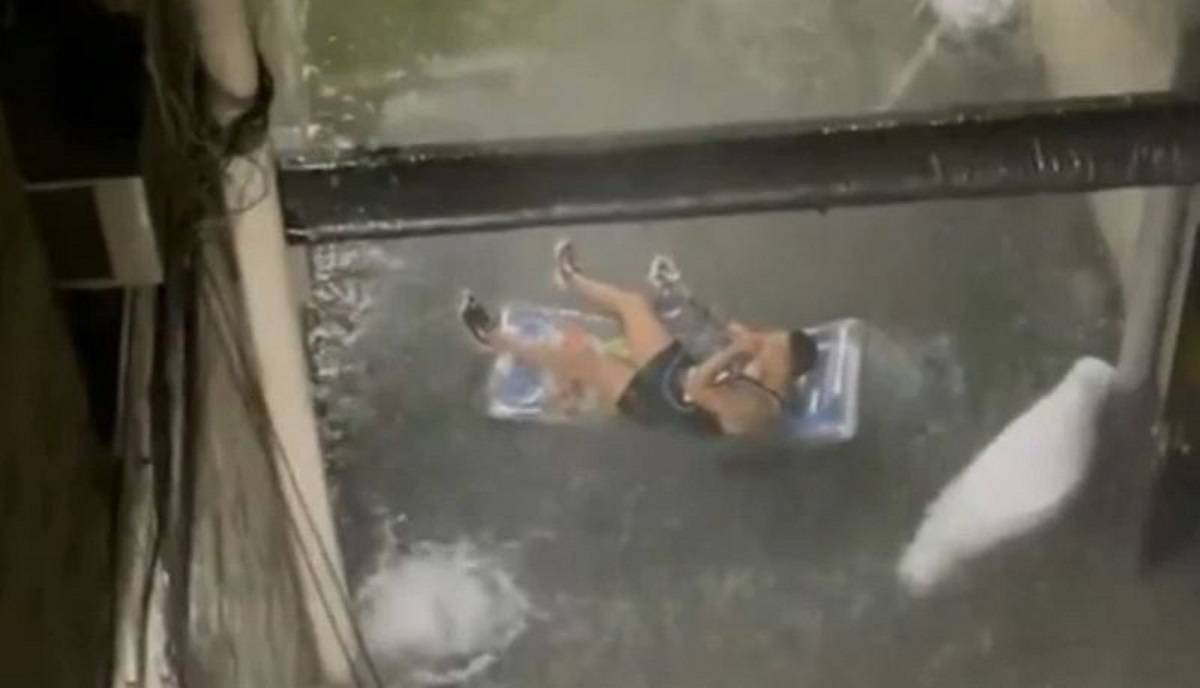 Στη Νέα Υόρκη πλημμύρισε και αυτός καπνίζει ναργιλέ πάνω σε φουσκωτό στρώμα