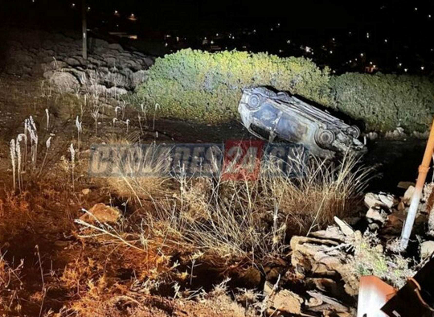 Σύρος: Εγκατέλειψε φλεγόμενο το αυτοκίνητο που έκλεψε – «Πάγωσαν» όταν είδαν τον τραυματισμένο οδηγό