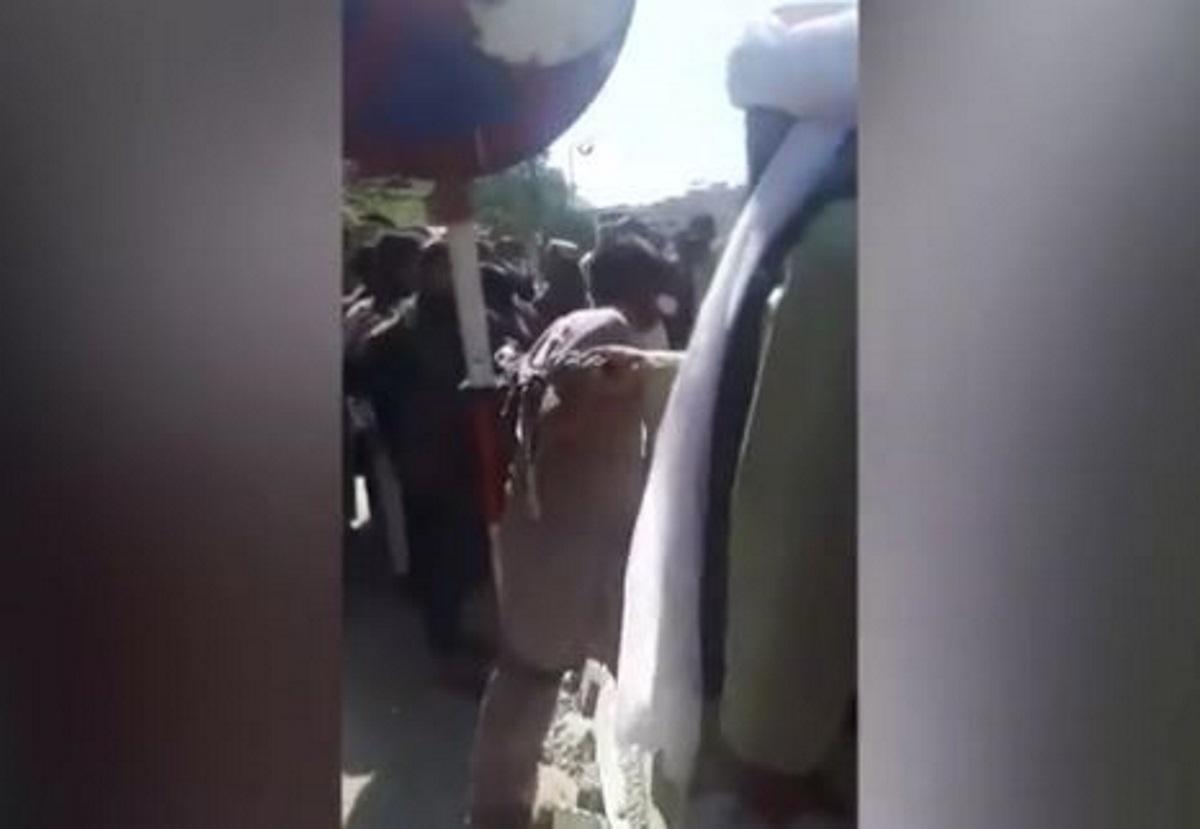 Αφγανιστάν: Ταλιμπάν κρατούν δεμένο και μαστιγώνουν άνδρα στη μέση της Καμπούλ