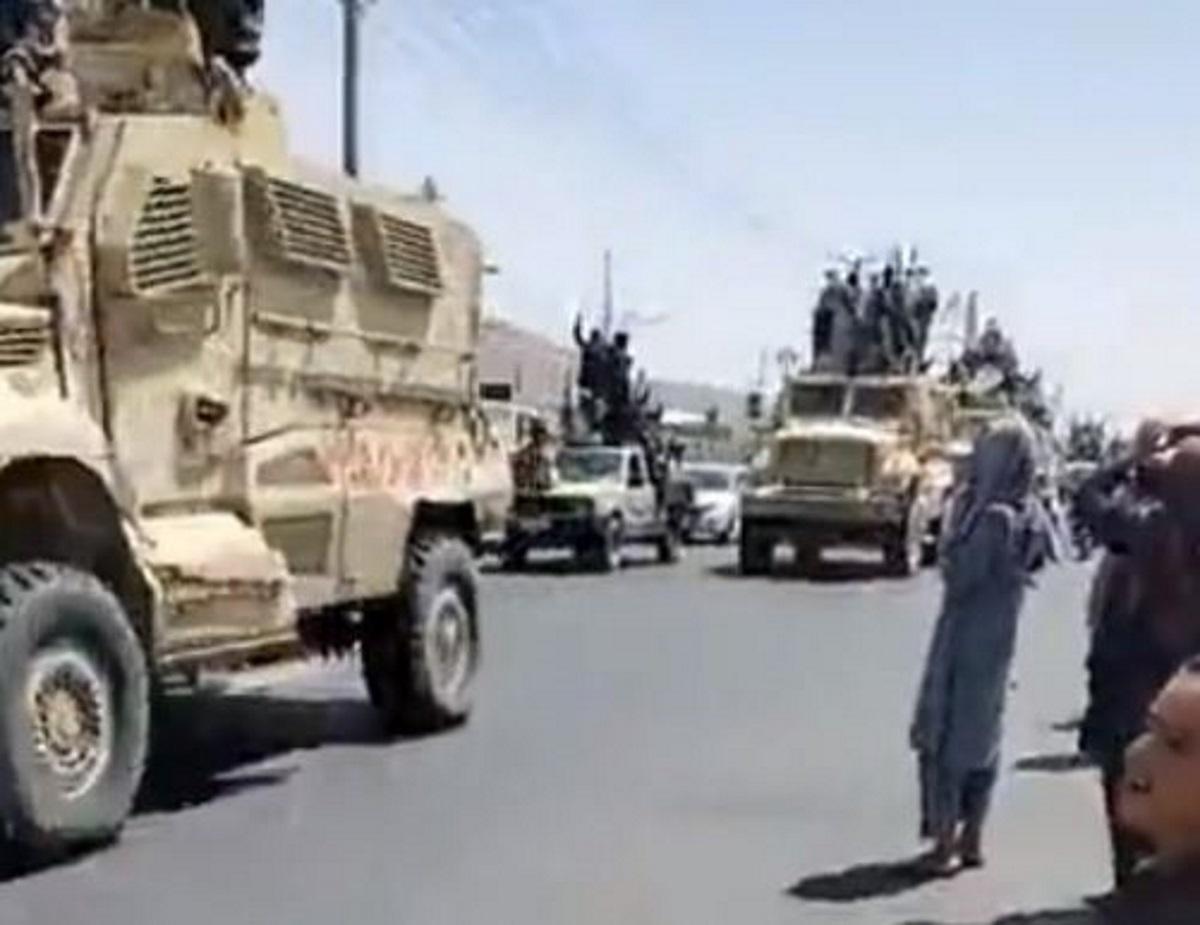 Αφγανιστάν:Ταλιμπάν στην Κανταχάρ κάνουν παρέλαση με στρατιωτικά οχήματα των ΗΠΑ