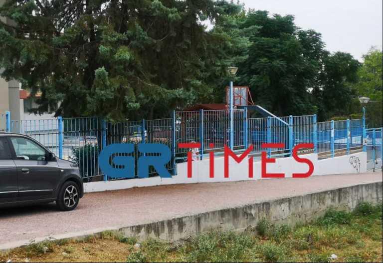 Θεσσαλονίκη: Αρνητής πατέρας μπούκαρε στο σχολείο του γιου του! Απειλούσε και έσπρωξε τη διευθύντρια
