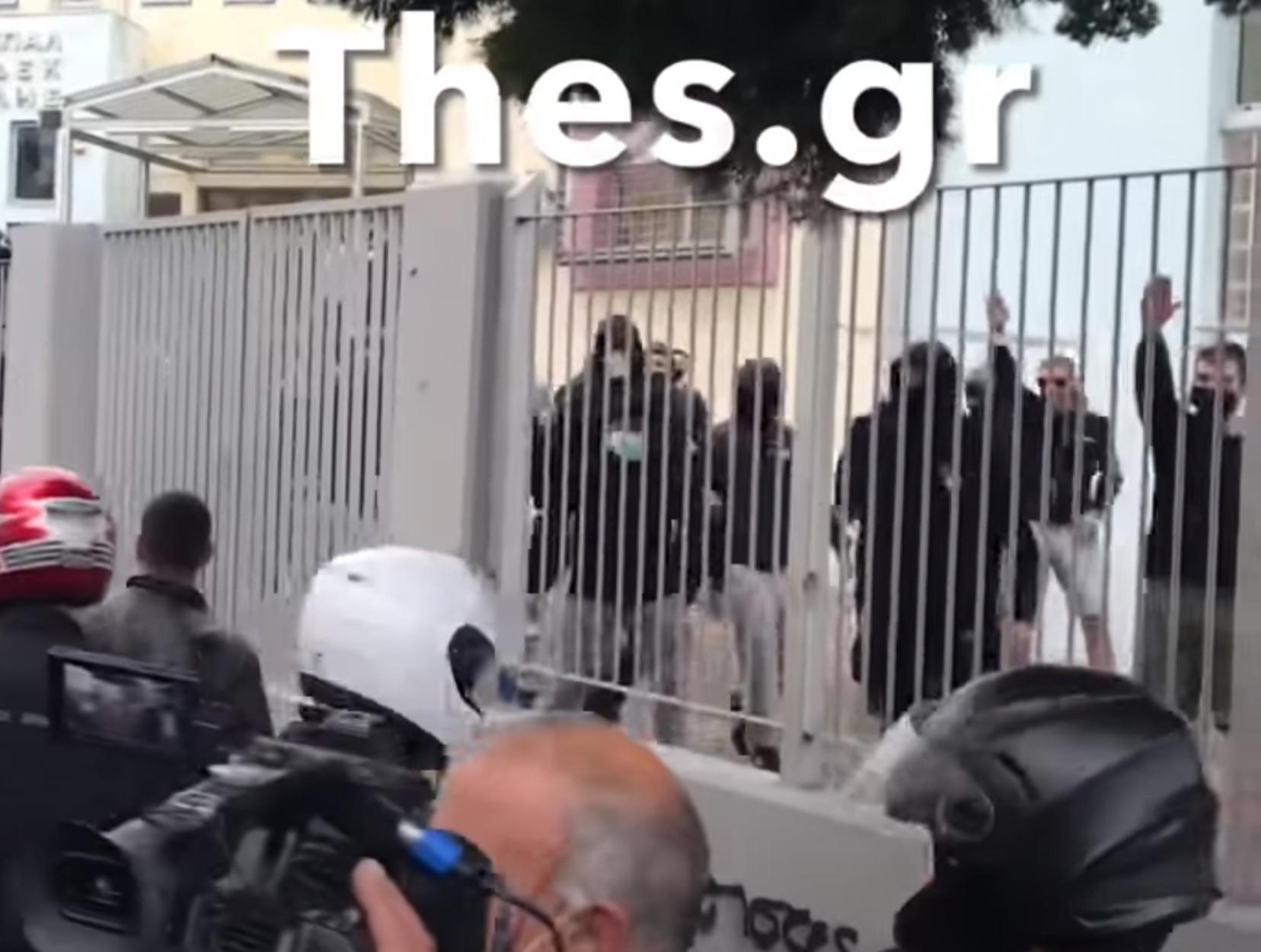 Θεσσαλονίκη – ΕΠΑΛ Σταυρούπολης: Η στιγμή που μαθητές χαιρετούν ναζιστικά