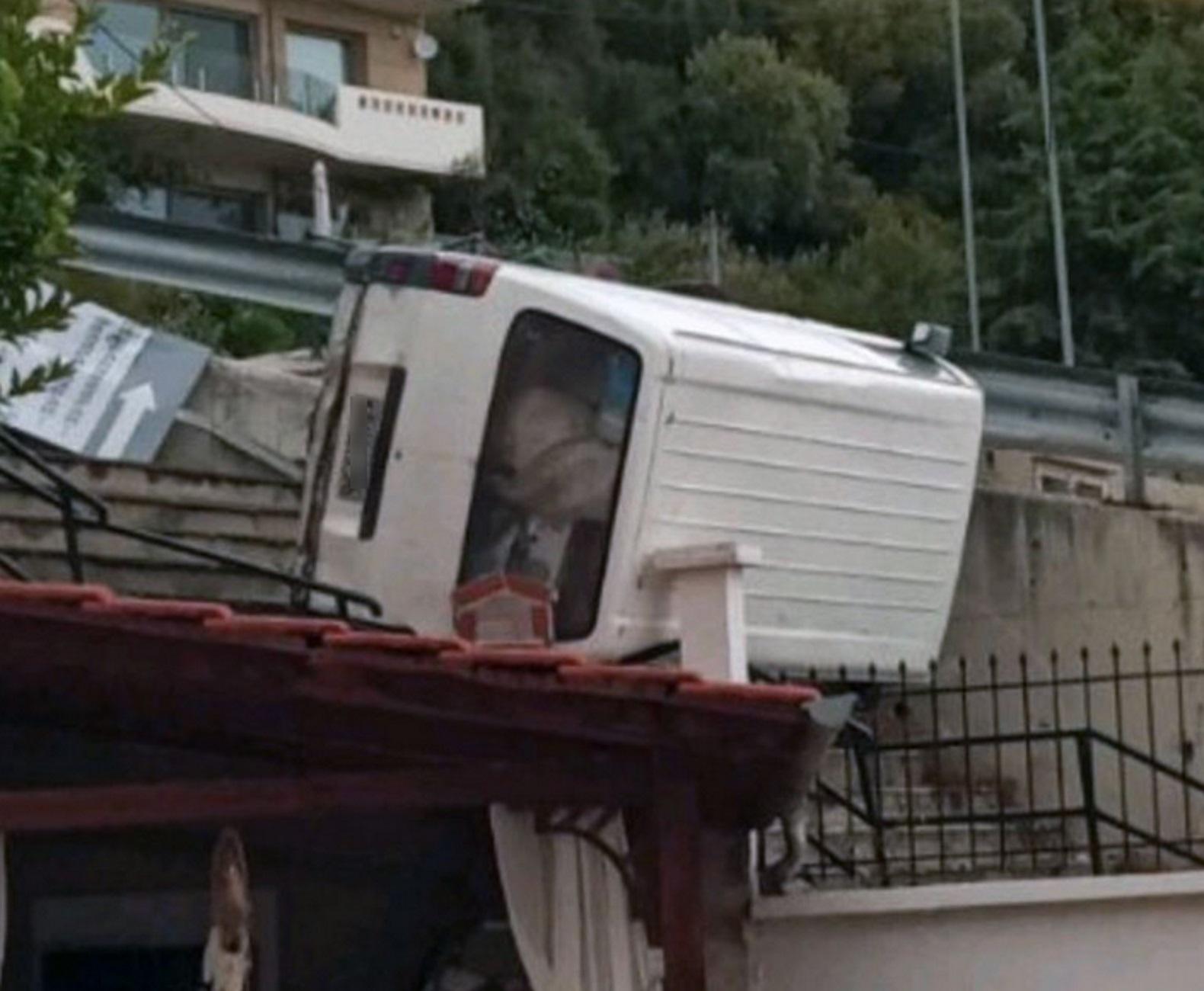 Καβάλα: Φορτηγάκι «προσγειώθηκε» στη στέγη σπιτιού σε ένα απίστευτο τροχαίο – Δείτε τις εικόνες