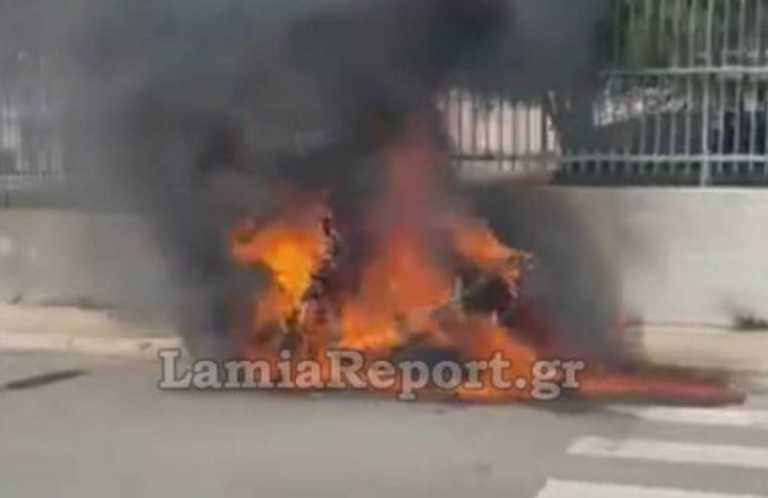 Λαμία: Βίντεο με φλεγόμενη μηχανή – Το σωτήριο κορνάρισμα του οδηγού λεωφορείου που ακολουθούσε