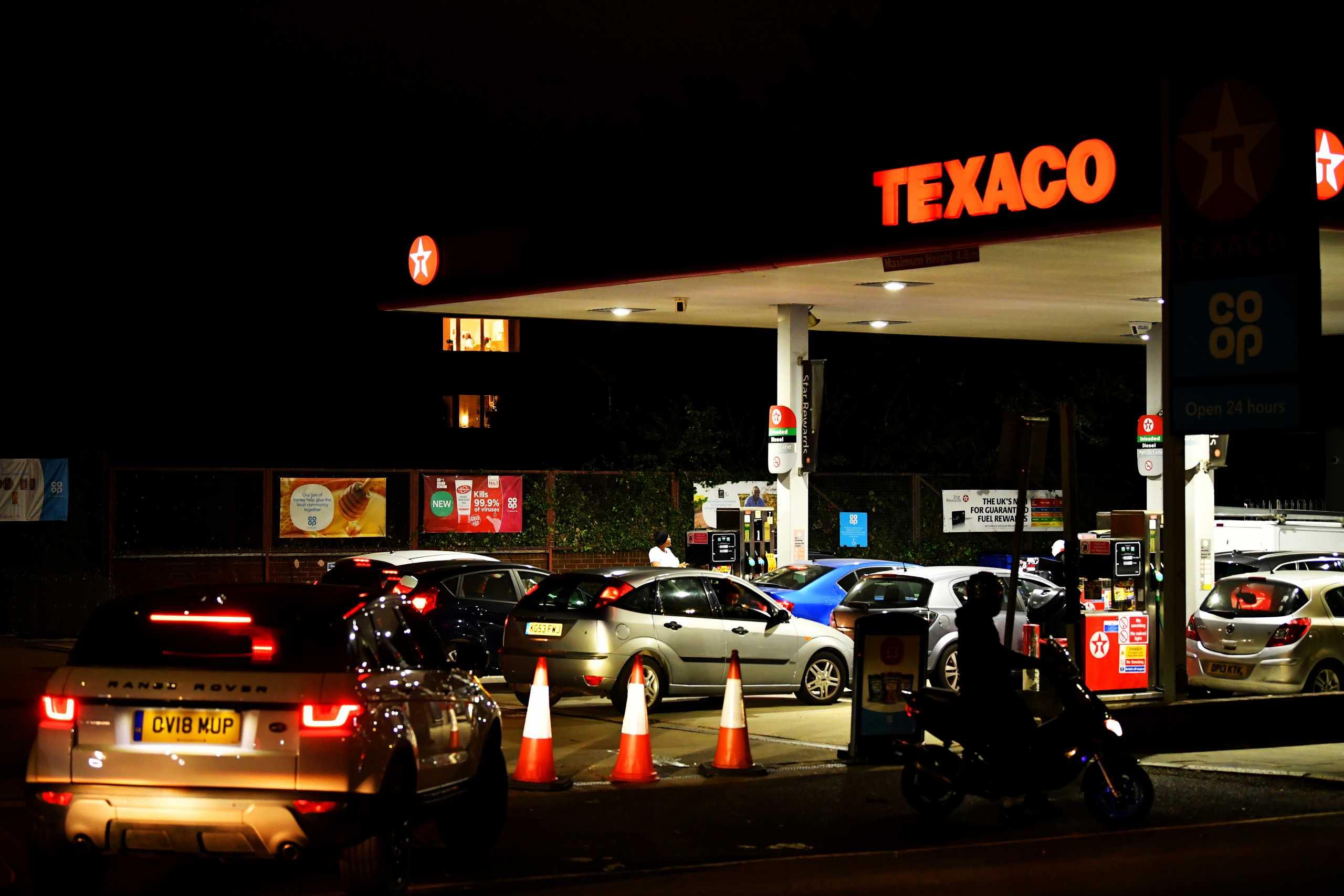 Βρετανία: Στους δρόμους και ο στρατός για να αντιμετωπιστεί η κρίση στα καύσιμα