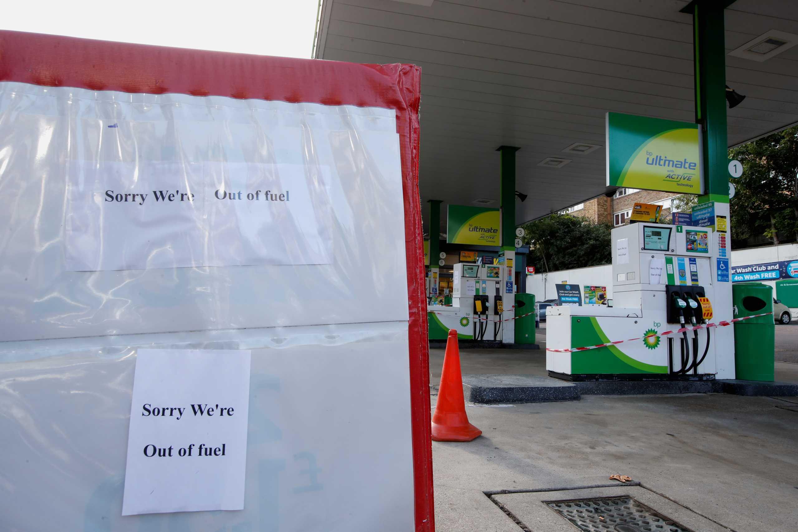 Βρετανία: Τα καύσιμα εξαντλήθηκαν στο 1/3 του δικτύου της BP – Πρωτοφανείς εικόνες στα βενζινάδικα