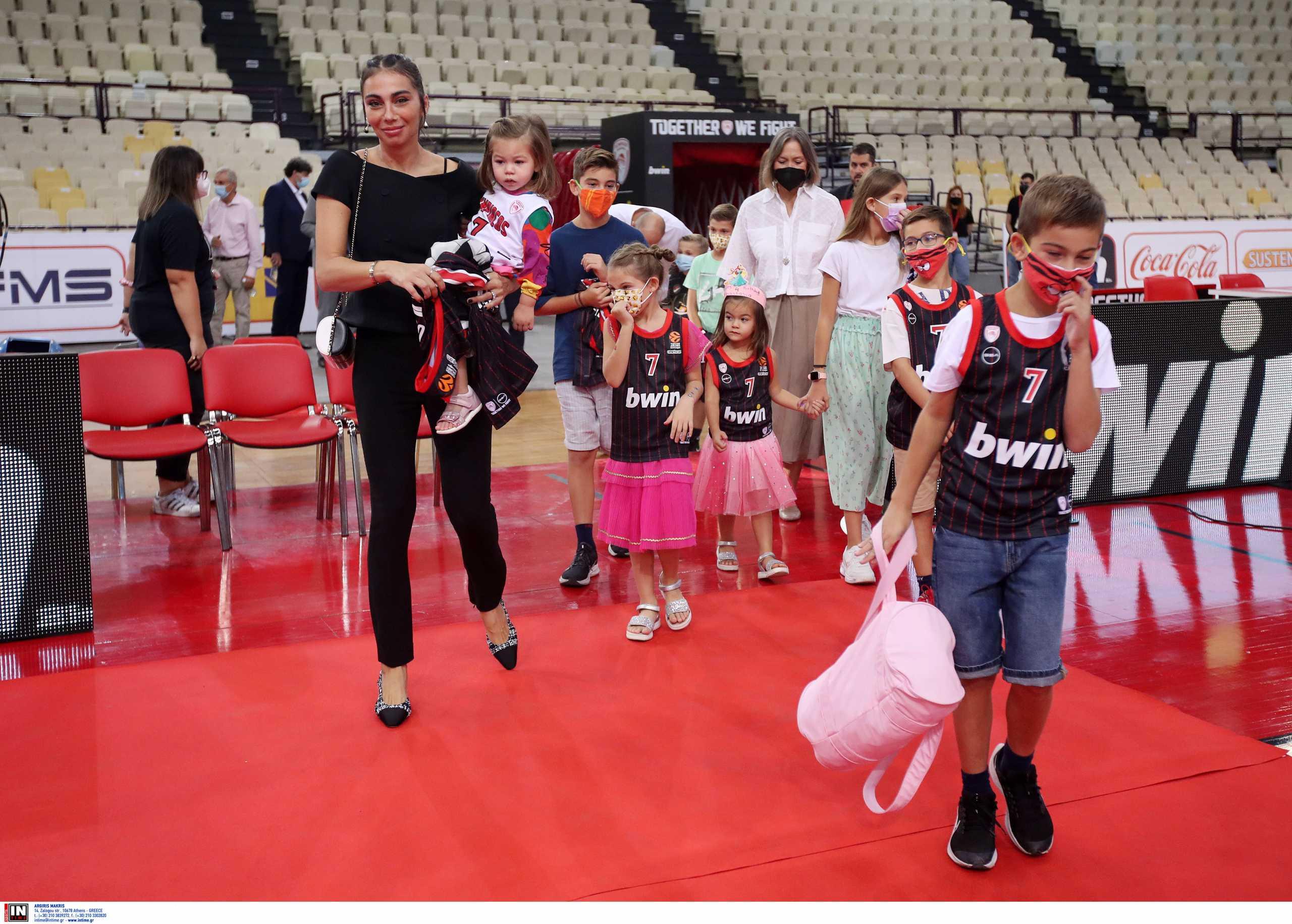 Ολυμπιακός – Βασίλης Σπανούλης: Η Ολυμπία Χοψονίδου και τα έξι παιδιά τους «έκλεψαν» την παράσταση