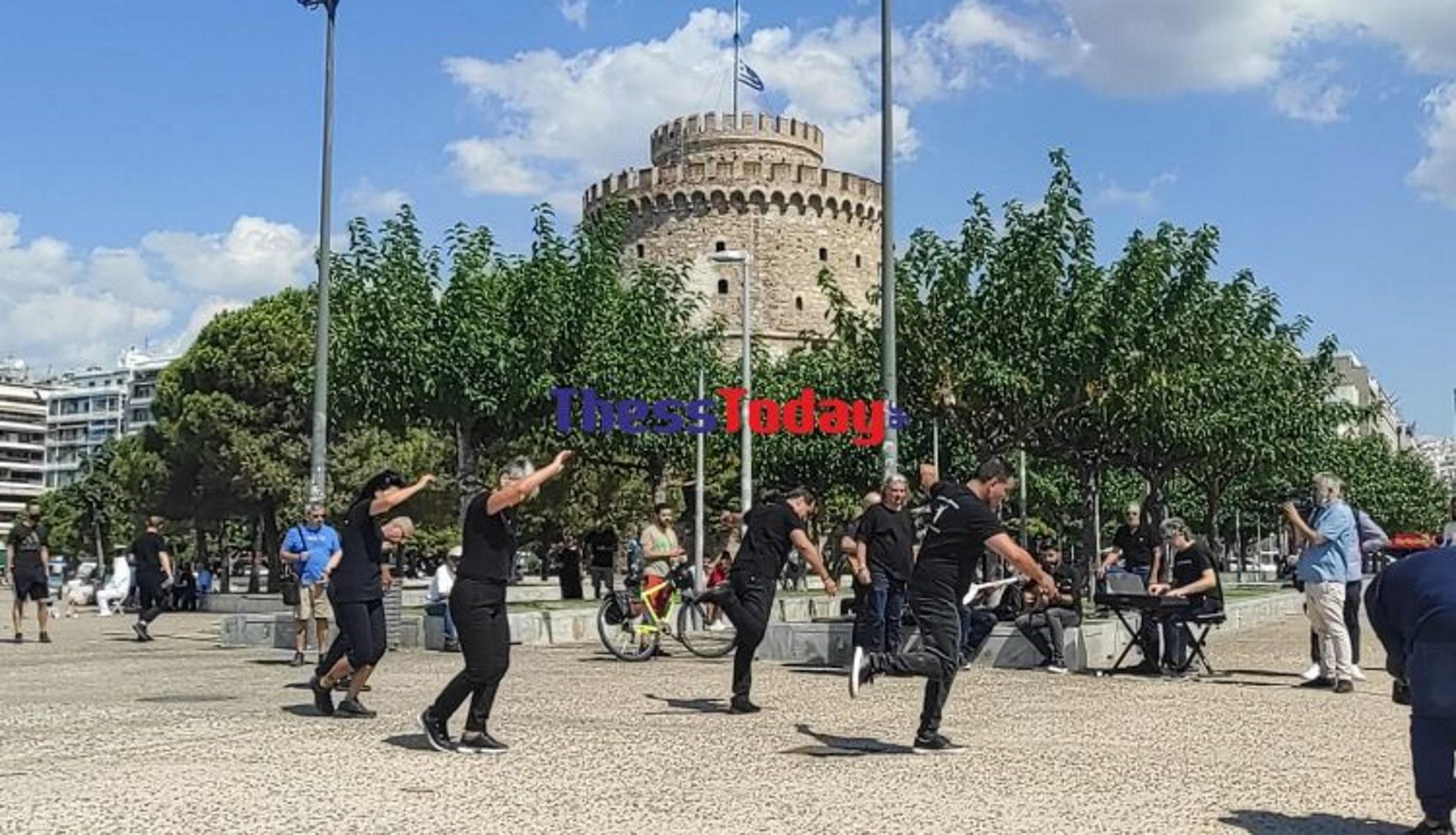 Μίκης Θεοδωράκης – Θεσσαλονίκη: Χορεύουν ζεϊμπέκικο στον Λευκό Πύργο για τον Μίκη