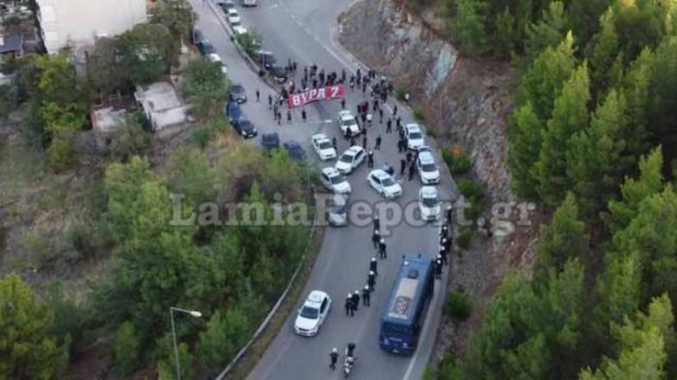 Λαμία: Το μπλόκο της αστυνομίας σε οπαδούς του Ολυμπιακού – Δείτε την πανοραμική εικόνα