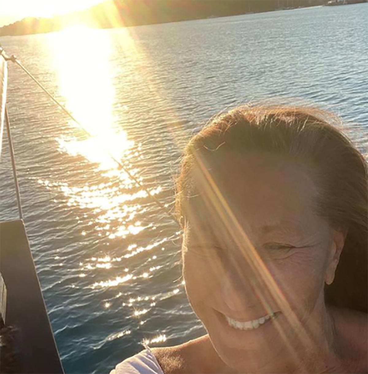 Η Donna Karan αρμενίζει στις ελληνικές θάλασσες και διαφημίζει τα ηλιοβασιλέματά μας