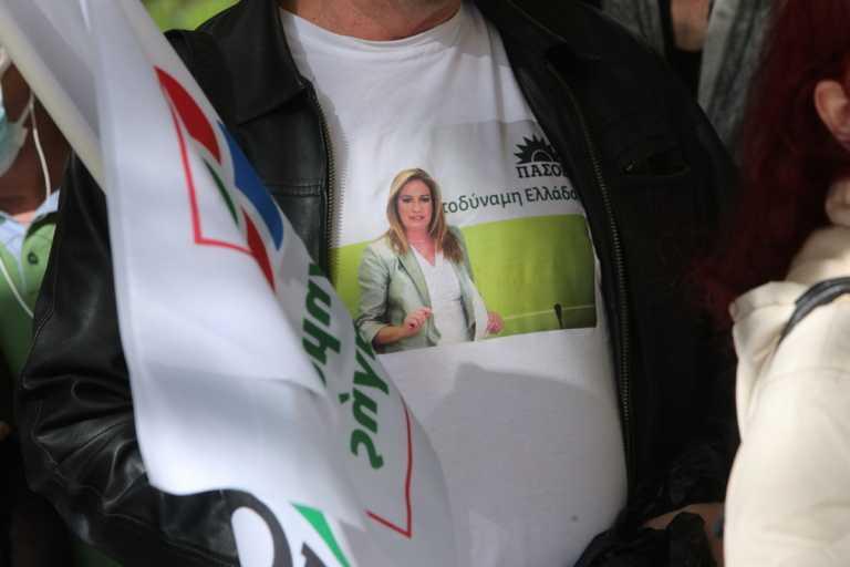 Κηδεία Φώφης Γεννηματά: Οπαδός πήγε στην Μητρόπολη με μπλουζάκι της