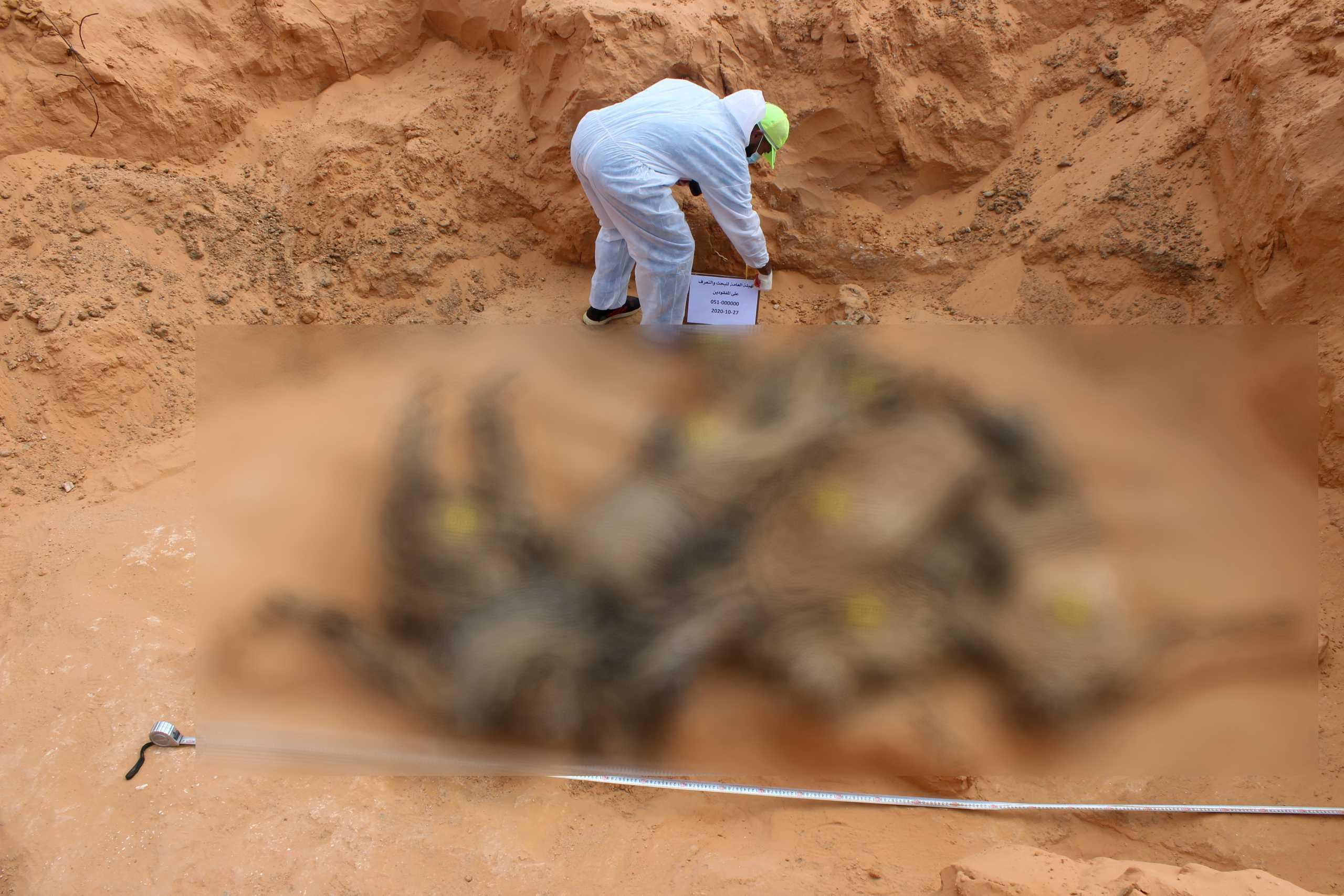 Λιβύη: 25 σοροί ανασύρθηκαν από νέους μαζικούς τάφους που ανακαλύφθηκαν στη δυτική Λιβύη