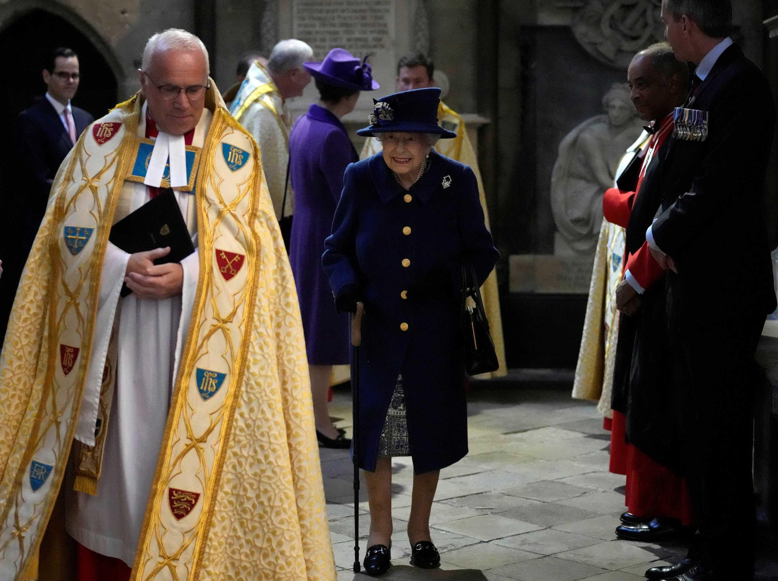 Βασίλισσα Ελισάβετ: Με μπαστούνι μετά από 17 χρόνια