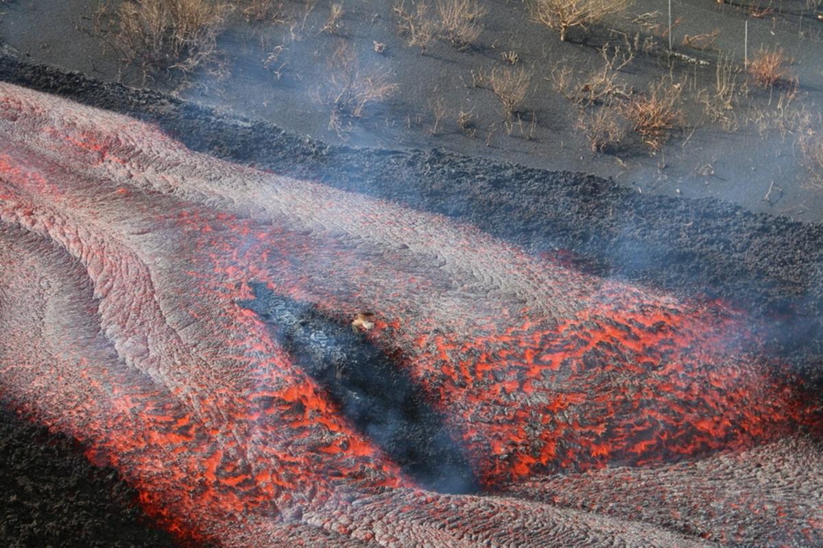 Έκρηξη ηφαιστείου στη Λα Πάλμα: Κατέρρευσε τμήμα του κρατήρα και «φούσκωσε» το ποτάμι της λάβας