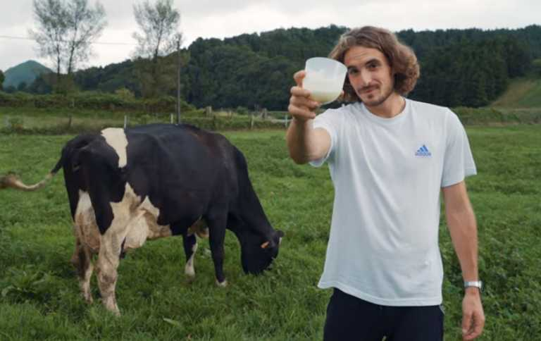 Ο Στέφανος Τσιτσιπάς άρμεξε αγελάδα στις Αζόρες