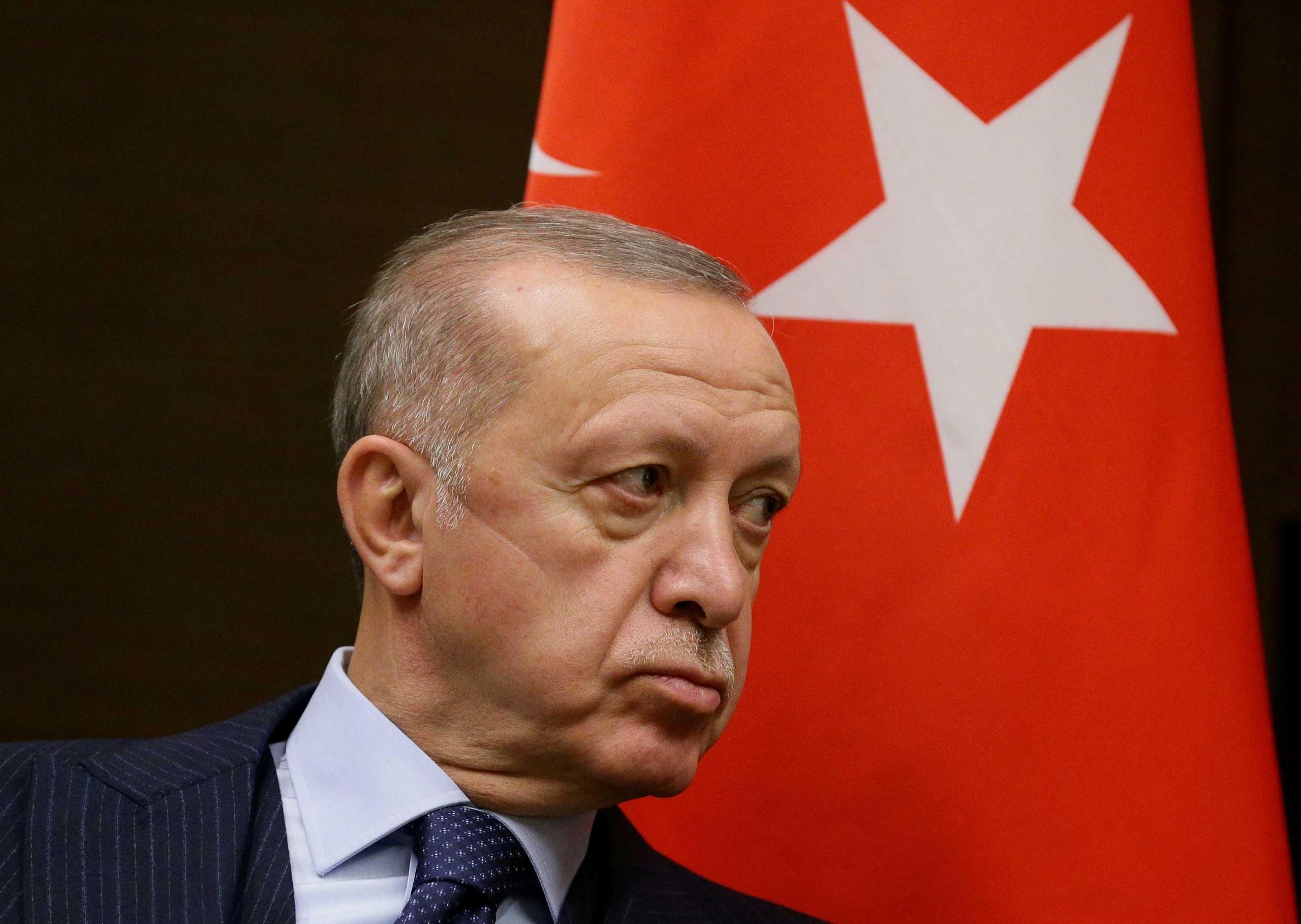 Ερντογάν: Καρατόμησε τρία μέλη της κεντρικής τράπεζας – Σε ιστορικό χαμηλό η λίρα