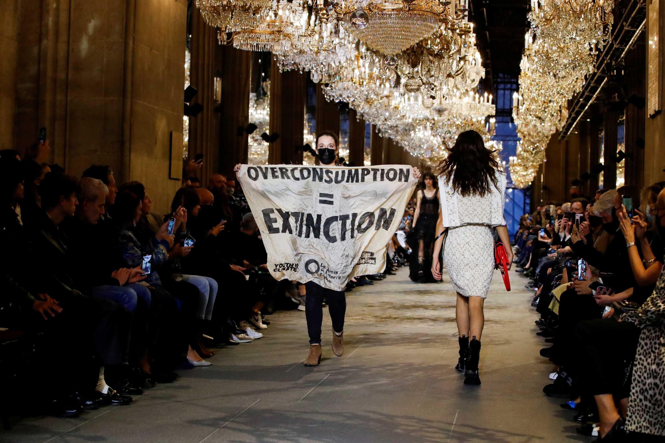 Ακτιβίστρια μπήκε στην επίδειξη του οίκου Louis Vuitton και έκανε πασαρέλα με πανό