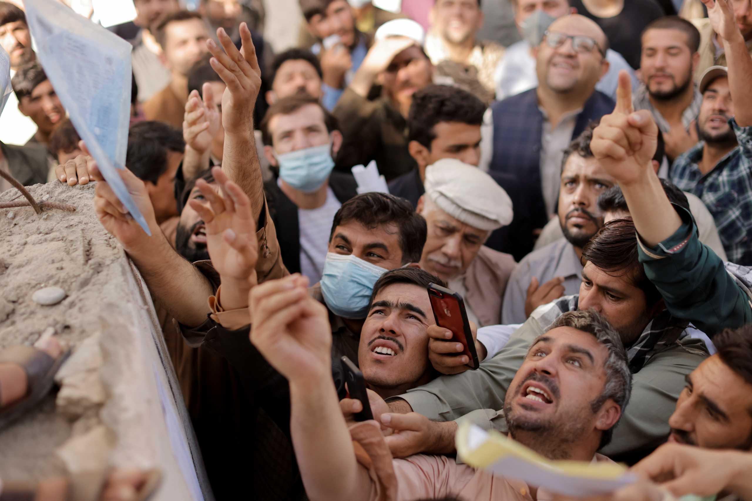 Αφγανιστάν: Σκηνές χάους στην Καμπούλ – Έσπευσαν να βγάλουν διαβατήριο και τελικά έφαγαν ξύλο