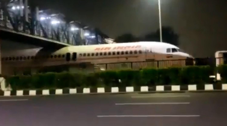 Ινδία: Αεροσκάφος της Air India σφήνωσε κάτω από μια γέφυρα και έγινε viral