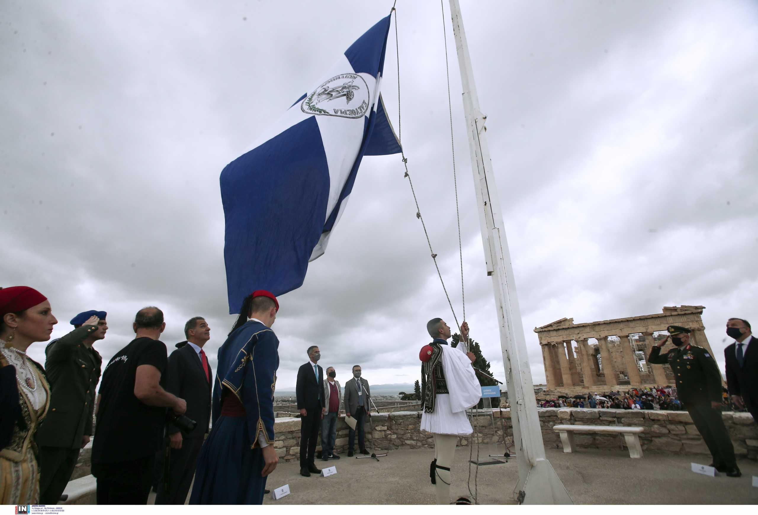 Έπαρση της σημαίας στην Ακρόπολη για τα 77 χρόνια από την απελευθέρωση της Αθήνας