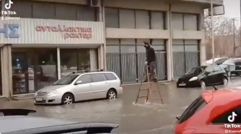 Καιρός: «Υπόκλιση» στον άνθρωπο που «χόρεψε» τον «Μπάλλο»