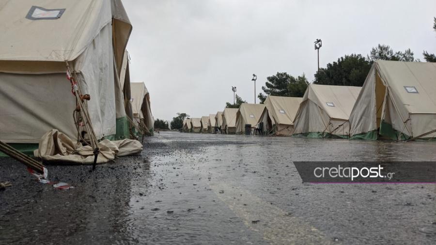 Κακοκαιρία «Μπάλλος» – Αρκαλοχώρι: Η καταρρακτώδης βροχή πλήττει τους σεισμόπληκτους  