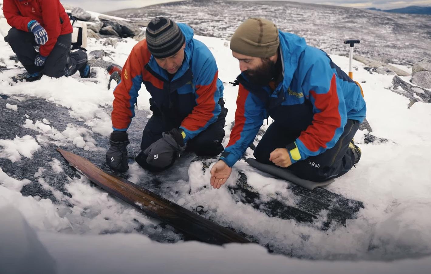Ανακαλύφθηκε το αρχαιότερο ζευγάρι πέδιλων σκι στη Νορβηγία, ηλικία 1.300 ετών