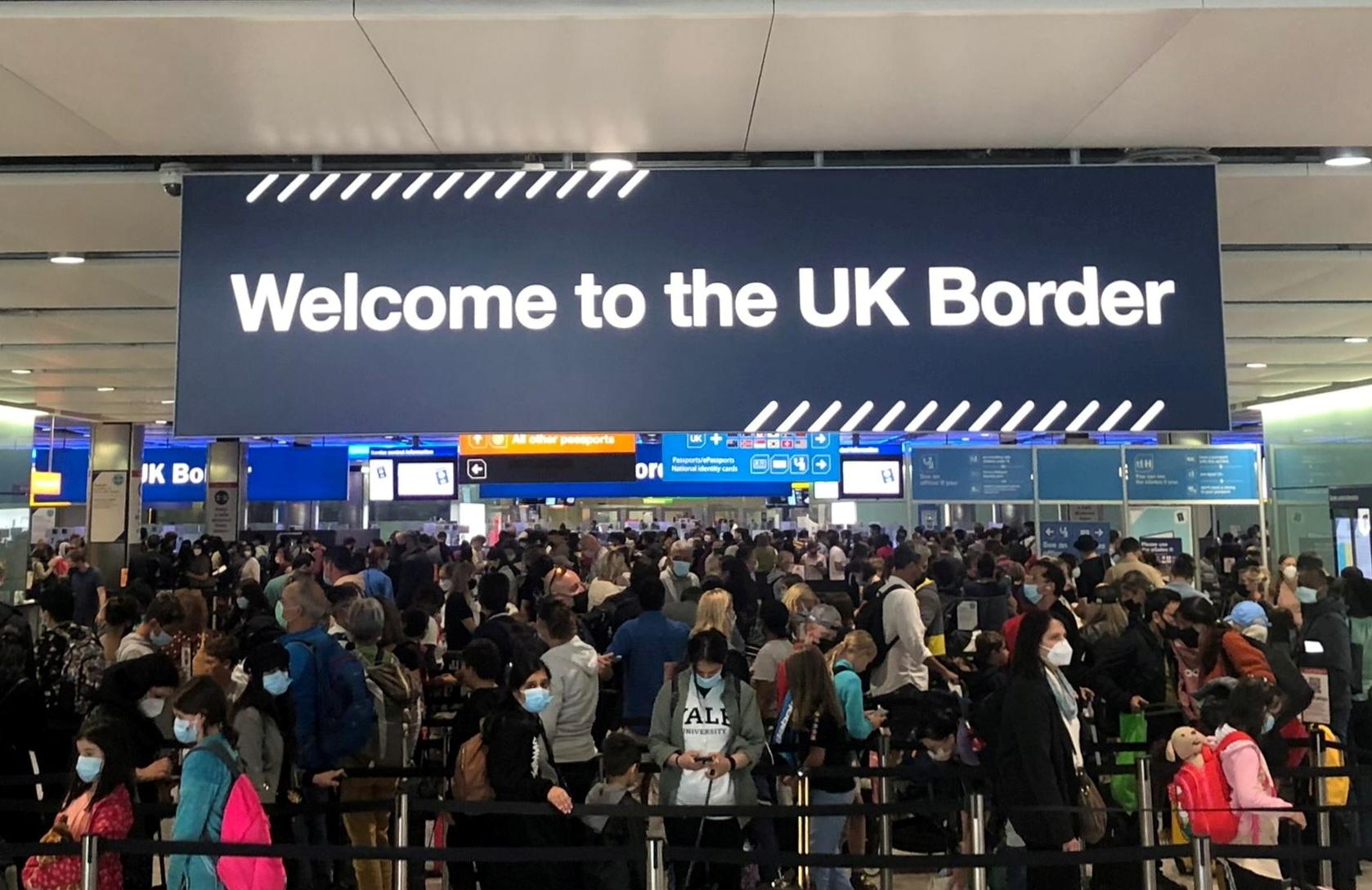 Μόνο με διαβατήριο τα ταξίδια στη Βρετανία: Τι αλλάζει από σήμερα