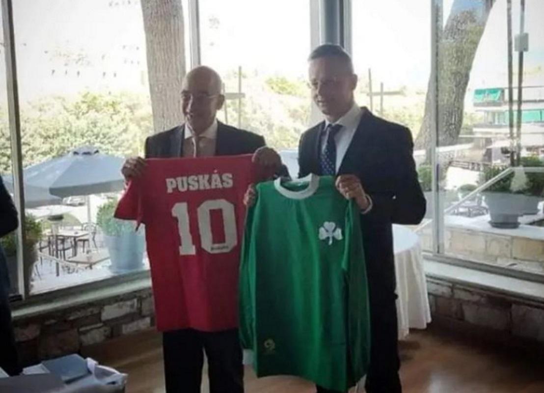 Νίκος Δένδιας: Χάρισε φανέλα του Παναθηναϊκού από το Γουέμπλεϊ στον Ούγγρο ομόλογό του